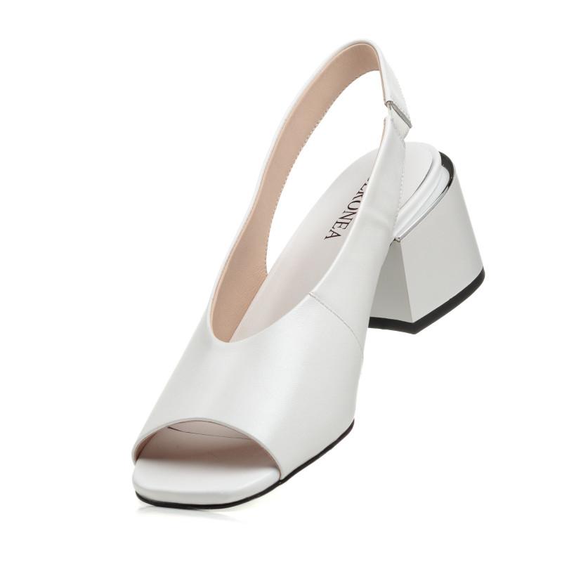 Босоніжки шкіряні білі на товстому каблуку Geronea