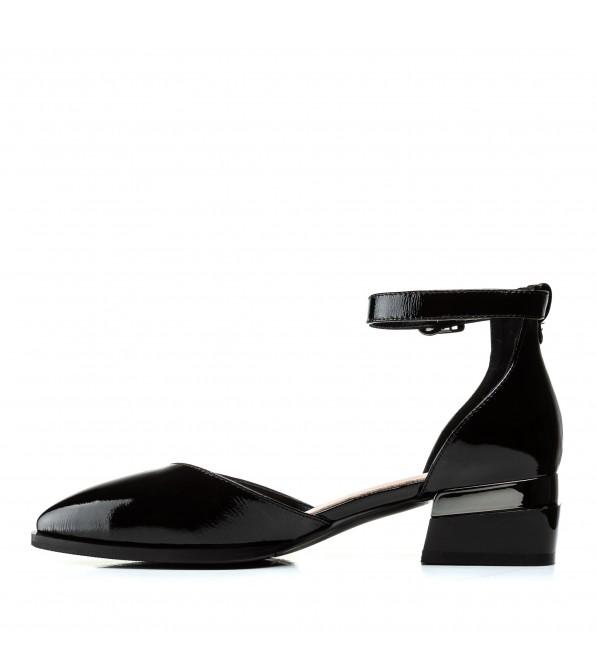 Босоніжки жіночі шкіряні на низькому каблуку