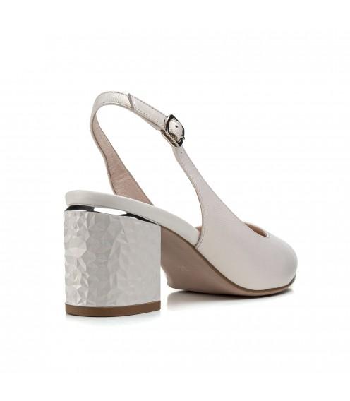Босоніжки жіночі шкіряні кремові на товстому каблуку