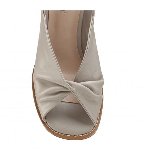 Босоніжки жіночі шкіряні бежеві на товстому каблуку