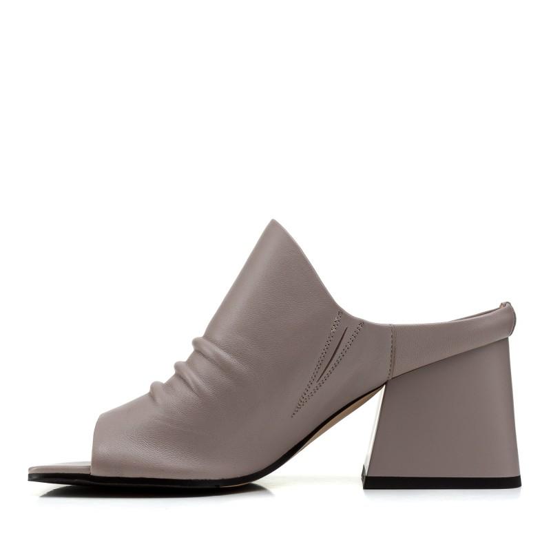 Шльопанці жіночі шкіряні сірі на товстому каблуку
