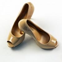 Бежевые женские туфли и классический костюм - мода которая не проходит!